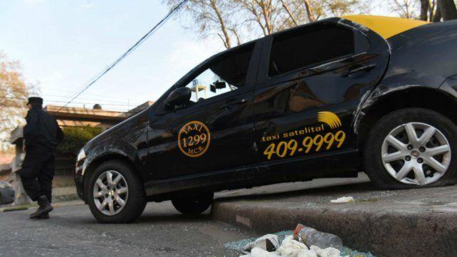 Cuatro heridos en un violento choque entre un auto particular y un taxi