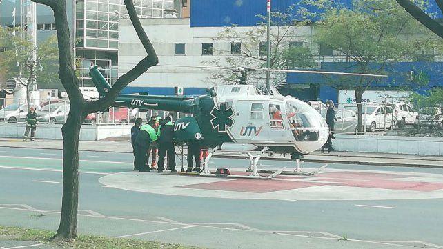 El helicóptero con la víctima del accidente aterrizó sobre avenida Pellegrini.