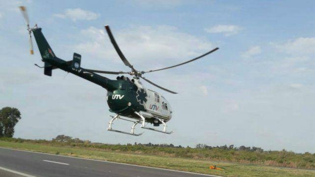 El helicóptero despega desde la autopista y encara hacia Rosario.