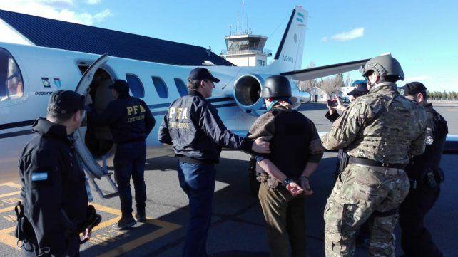 Jones Huala durante su trasladado en avión a Chile.
