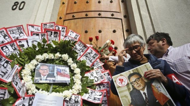 Ofrendas. La puerta por donde fue sacado el cuerpo sin vida de Allende.