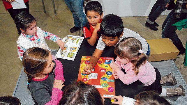 Con el juego de la oca los chicos aprenden cómo es el recorrido de la noticia.