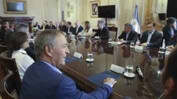 Casi todos en la mesa. Macri reunión en Casa de Gobierno a una  veintena de gobernadores. Lifschitz, de viaje por EEUU, mandó a su  ministro de Economía, Gonzalo Saglione.