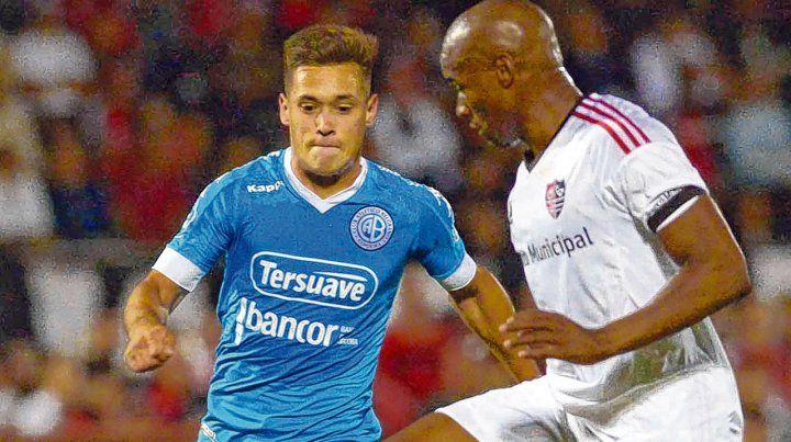 En acción. Leal maniobra ante la presencia de Guidara en el último partido que jugaron Newells y Belgrano. Fue 1-0 para el Pirata con gol de Amoroso