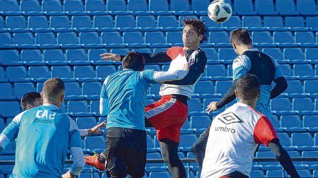 Alto. Fontanini cabecea en el amistoso de julio. Belgrano lo ganó 2 a 1.
