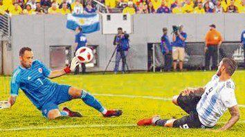 Casi, casi. Icardi, de frente a Ospina. El rosarino fue titular y no tuvo muchas opciones. Lo reemplazó Simeone en el final.