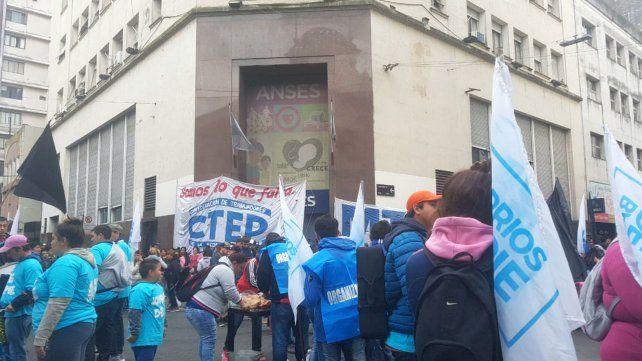 Los movimientos sociales concentran en las puertas de Ansés.