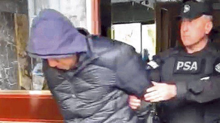 Uno de los detenidos durante la mañana de ayer en un departamento de la ciudad de Buenos Aires.