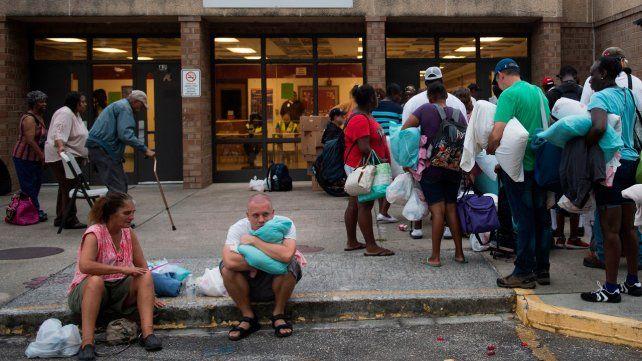Vecinos buscan refugio en una escuela de Carolina del Norte.