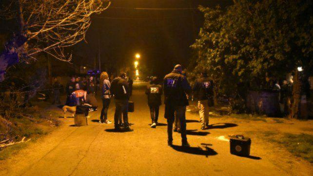 Efectivos policiales en el lugar donde mataron a Jonatan Giménez.
