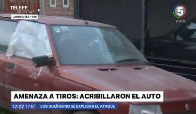 Acribillan a balazos el auto de una familia en La Cerámica