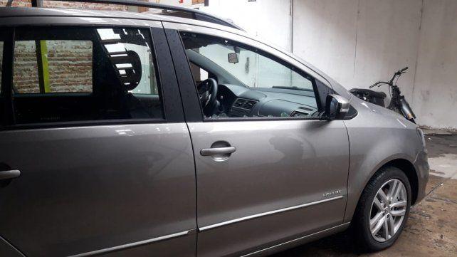 El vehículo en el que iba la víctima al momento de ser atacada. (Foto: diario Uno Santa Fe)