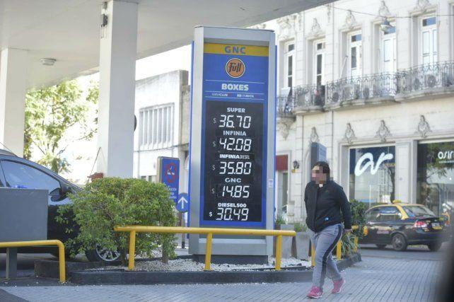 El gobierno dispondrá de precios cuidados para los combustibles