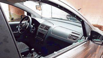 Destrozada. Así quedó la ventanilla del Volkswagen Suran por donde ingresó la bala que mató a la abogada.
