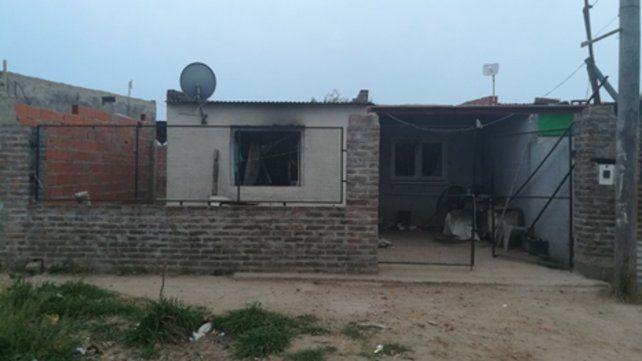 La casa. El fuego intencional no alcanzó a propagarse al interior de la vivienda ubicada en el barrio Nueva Roma.