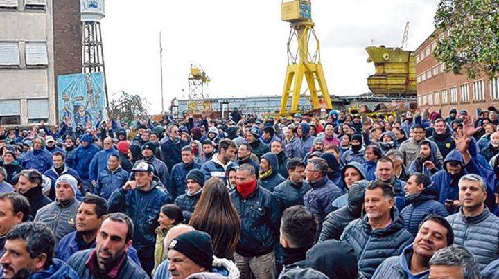 Bronca. Los obreros denunciaron que el gobierno de Vidal paralizó los trabajos en todas las obras.