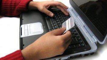 Poca cosa. Una tarjeta, una computadora y datos,. todo para estafar.