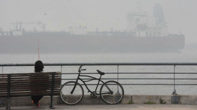 Barco fantasmagórico. Esta mañana, una mezcla de humo y niebla brindó un desdibujado paisaje.