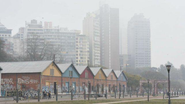 La zona del CEC, sobre avenida Belgrano. La ciudad aparece recortada entre la cortina de humo.