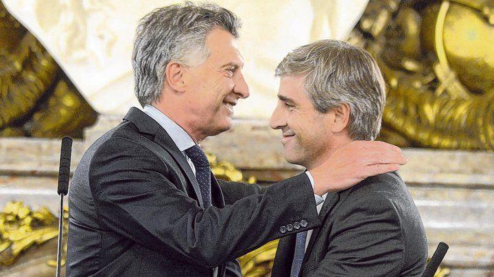 Amigos del alma. Macri abraza a Luis Caputo luego de tomarle juramento como ministro de Finanzas.