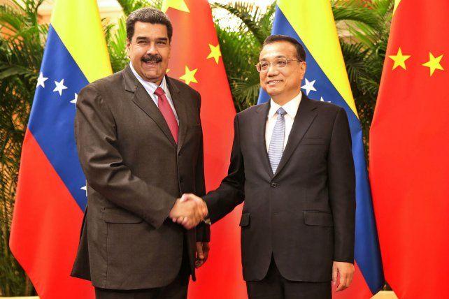 Apretón. El mandatario venezolano fue recibido por el primer ministro del gigante asiático Li Keqiang.