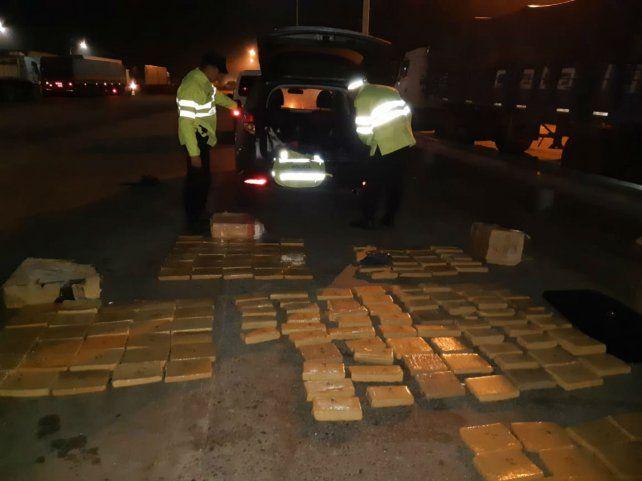 En la ruta. La droga en panes iba en bolsones acomodados en el baúl y el asiento trasero del vehículo.