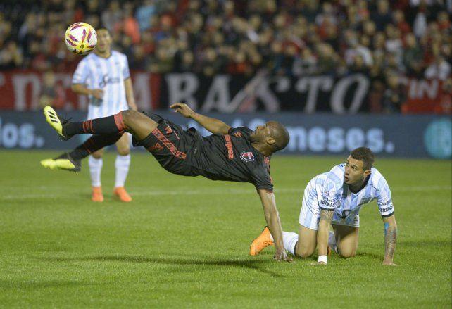 La Pantera Leal ensaya una chilena ante la mirada de Bruno Bianchi (Atlético Tucumán). Newells necesita que su delantero está afilado esta tarde en el estadio de Belgrano.