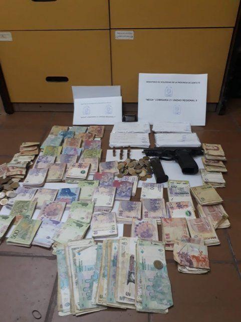el dinero y el arma secuestrados en uno de los allanamientos de esta mañana.