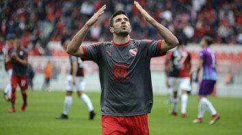 Emanuel gigliotti festeja uno de sus dos goles en la victoria del rojo ante el sabalero.