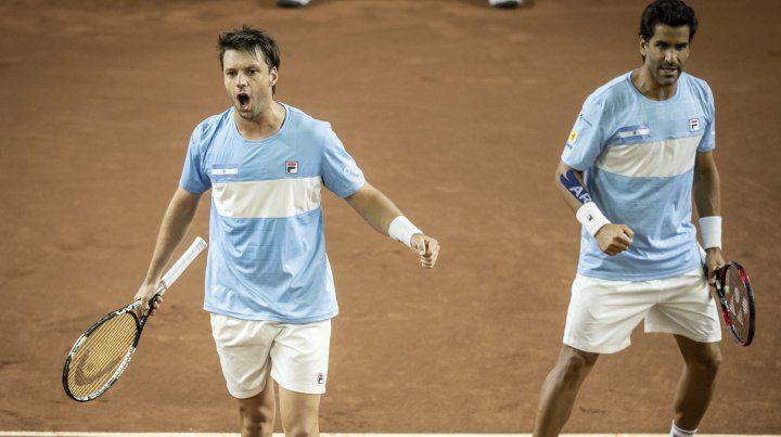 Zeballos y Maxi González festejan la victoria argentina ante Colombia.