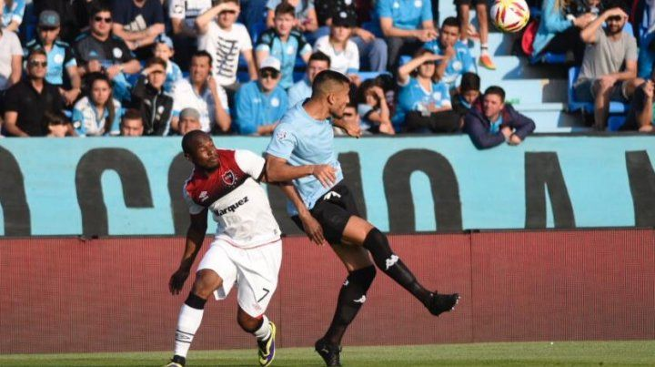 Luis Leal busca el balón ante el rechazo de un defensor.