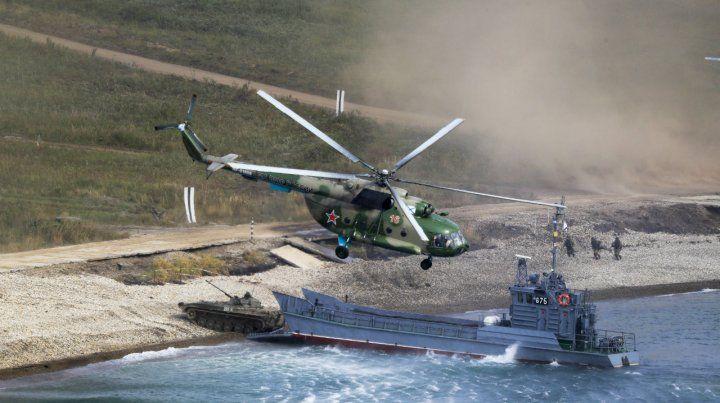 Desembarco. Un tanque ruso llega a una playa hostil. Helicópteros asisten.