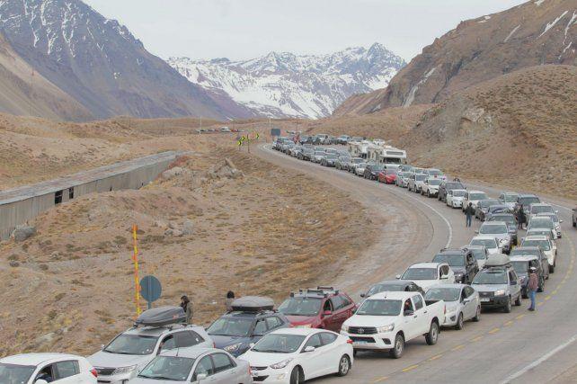 El flujo en alta montaña ayer: centenares de autos chilenos esperando ingresar a nuestro país.