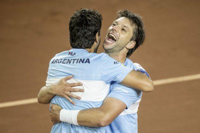 A disfrutar. Zeballos se abraza con Machi González tras la victoria en cinco sets.