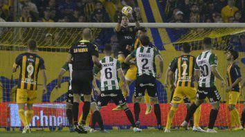 Ganó de entrada. Jeremías Ledesma se quedó con la pelota en lo alto en un ataque de Banfield, en el inicio de la Superliga. El arquero auriazul sólo sufrió 2 goles en 6 cotejos.