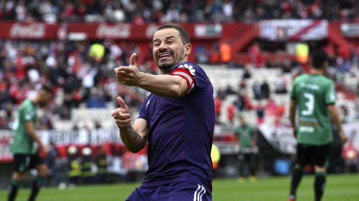 Ametralladora. Mora siempre festeja con ese gesto cuando convierte y anotó dos.