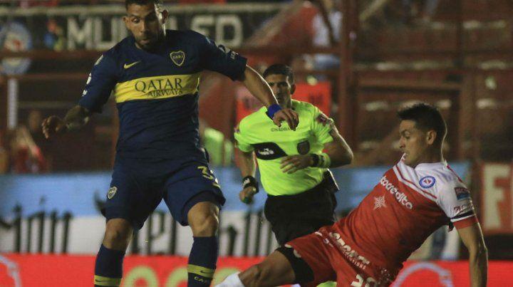 Protagonista. Tevez no anotó y los hinchas de Argentinos lo hostigaron siempre.