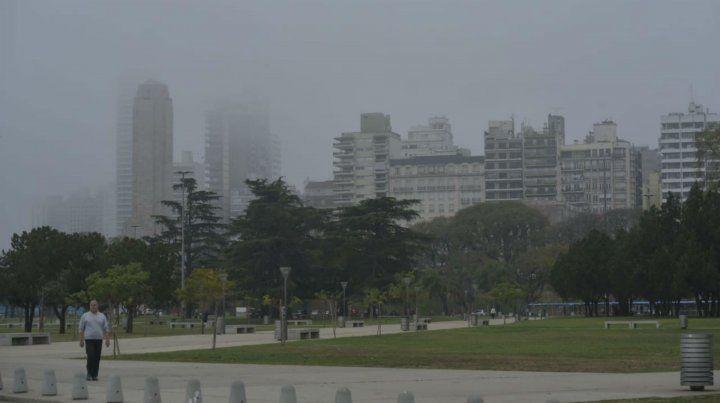 La ciudad amaneció el domingo con importantes bancos de niebla que dificultan la visibilidad.
