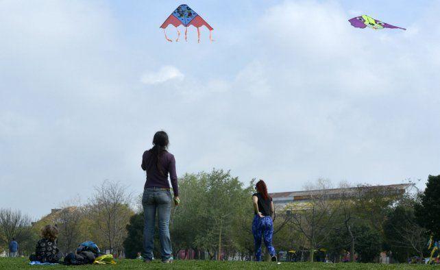 Los chicos pintan el cielo en el festival de barriletes