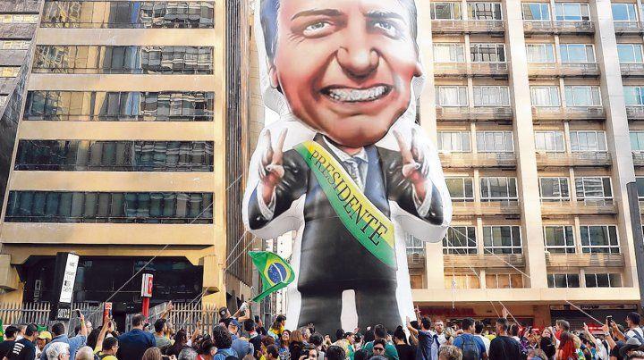 Un muñeco inflable de Bolsonaro es exhibido por sus seguidores en la avenida Paulista