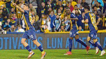 El último grito. Fernando Zampedri, el goleador canalla, en el festejo por el segundo tanto ante San Martín de Tucumán. El equipo del Patón se presenta de nuevo en el Gigante, ante un rival que viene invicto pero atrás.
