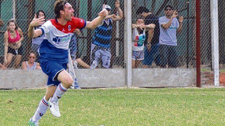 Grito doble. El Beto Armani abrió y cerró la goleada de Unión Casildense en el partido de ida ante los albicelestes de Chabás.