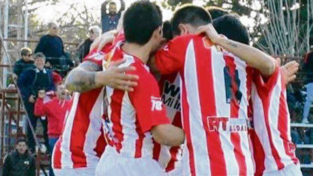 Abrazos de gol. El albirrojo salió airoso de su visita a Independiente de Bigand.