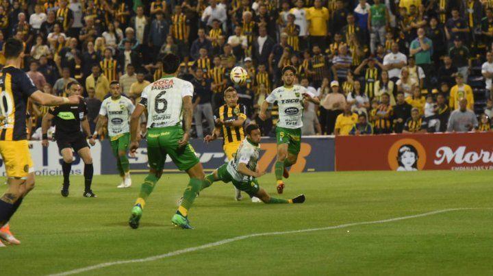 Marco Ruben busca el arco rival entre la defensa del visitante.