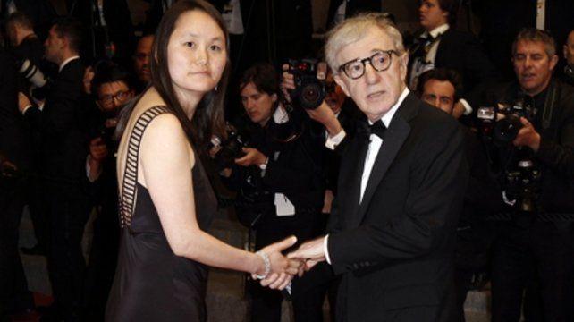 El director neoyorquino fue denunciado por molestias sexuales a su hijastra Dylan y Soon-Yi salió a defenderlo.