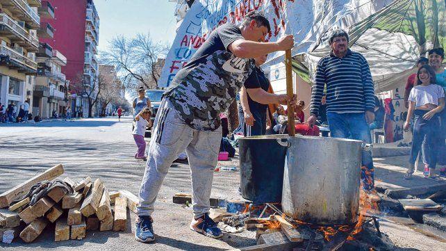 Con ollas. Los manifestantes preparan la comida para afrontar la extensión de la medida de fuerza.