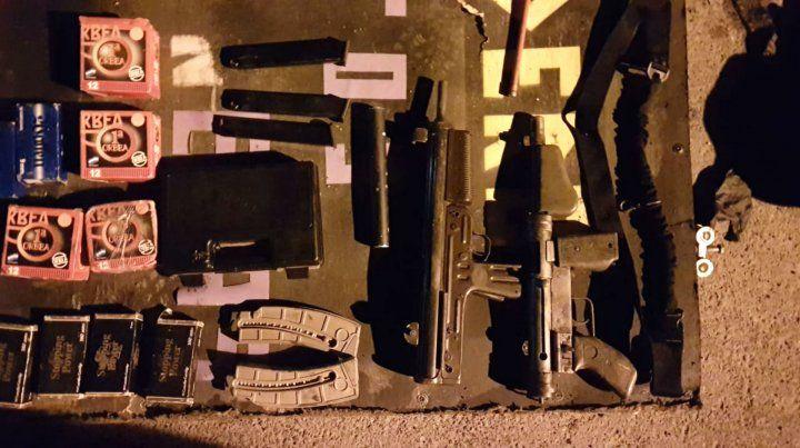 Hallan drogas y armas en un vehículo que se incendiaba en una cochera