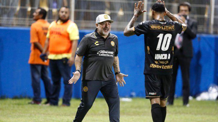 El show de Maradona con selfies, saludos en medio del partido y festejos