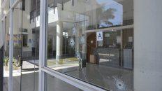 Los cinco disparos impactaron contra el frente de los Tribunales de San Lorenzo.