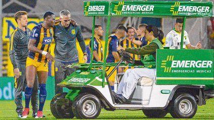 Mala pata. Cabezas es retirado de la cancha tras sufrir la lesión. El colombiano será baja durante unas cuantas semanas.